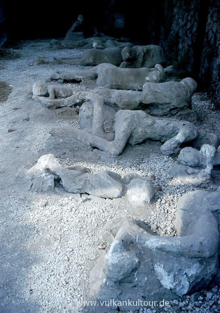 """Gipsabdrücke der Opfer in Pompeji (""""Garten der Fliehenden"""")"""