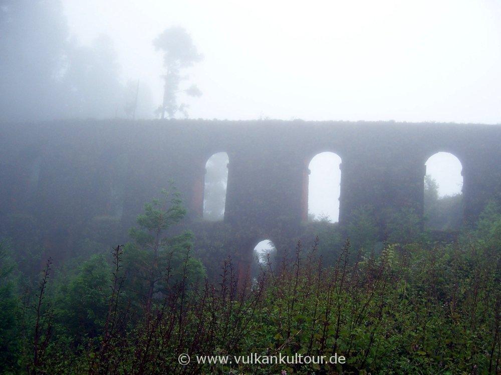 Alte Aquädukt im Mystiknebel
