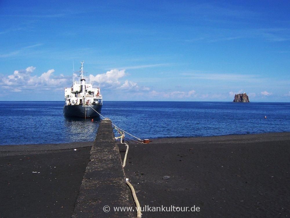 Süßwasser-Tankschiff in der Bucht von Ficogrande