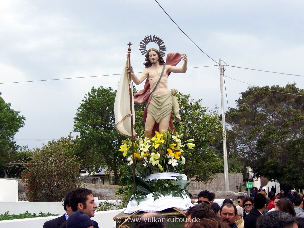 Osterprozession auf Stromboli - Jesus kommt aus San Bartolomeo
