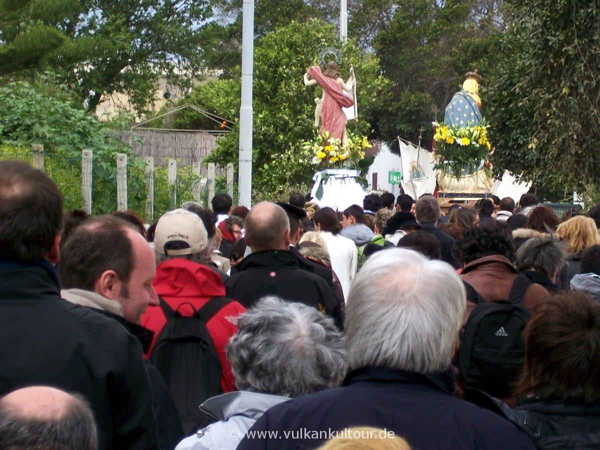 Osterprozession auf Stromboli - Maria und Jesus ziehen gemeinsam von dannen.