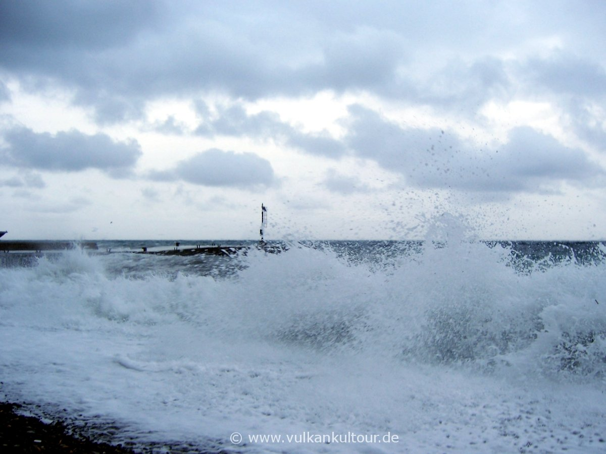Brandung am Strand von Canneto (Lipari)
