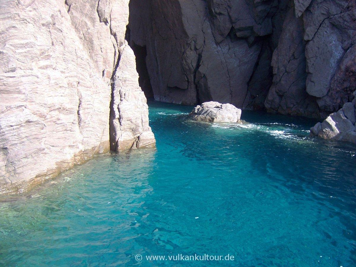 Auf dem Weg nach Vulcano: grotta degli angeli an Liparis Westküste