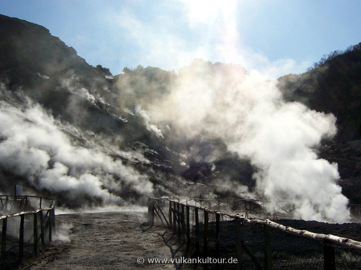Starke Dampfentwicklung im Vulkan Solfatara aufgrund des feuchten Wetters