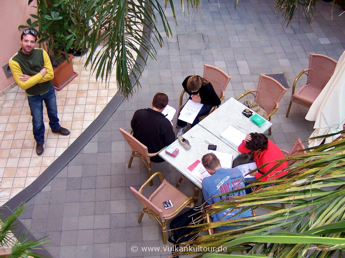 Sprachkurs im Innenhof unseres Hotels auf Lipari