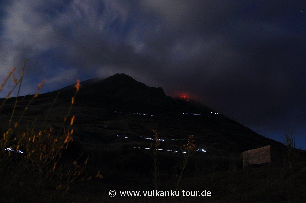 Stromboli: Blick vom Alten Observatorium (man beachte die Taschenlampen-Straße, Belichtungszeit 30 sec)