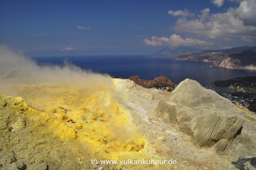 Auf dem Gran Cratere von Vulcano (Blick nach Alicudi, Filicudi, Salina und Lipari)