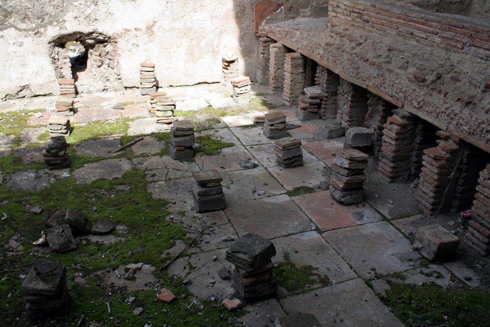Pompeji: Tegulae - eine art antike Fußbodenheizung (© Julia Lauberger)