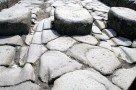 Pompeji: Fußgängerübergang und Spurrillen der Karren (© Julia Lauberger)