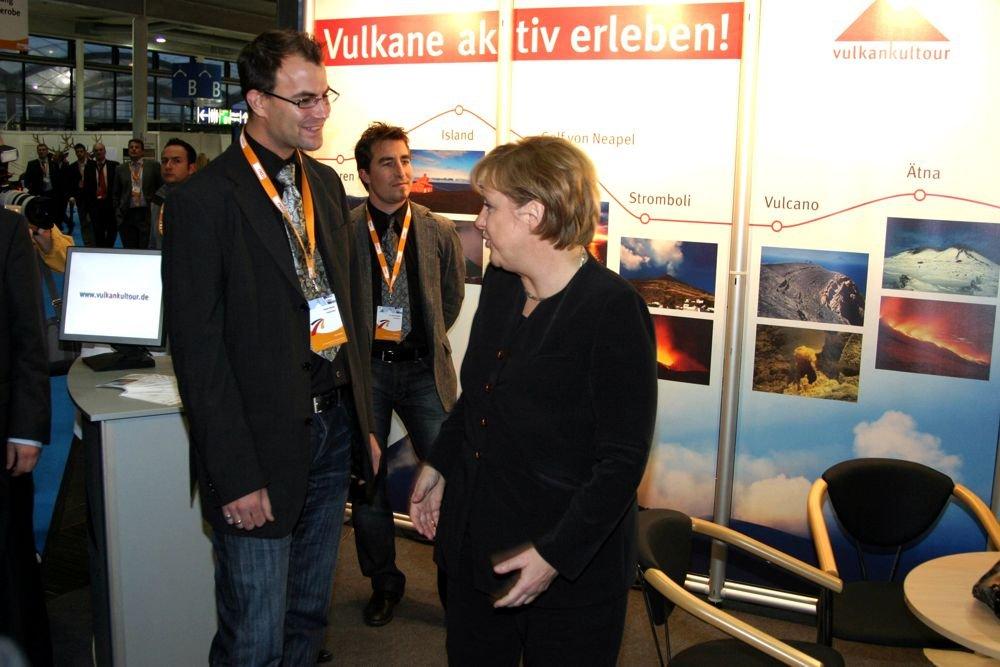 Besuch der Bundeskanzlerin Dr. Angela Merkel beim Vulkankultour-Infostand (Messe Hannover, 3. Dezember 2007)