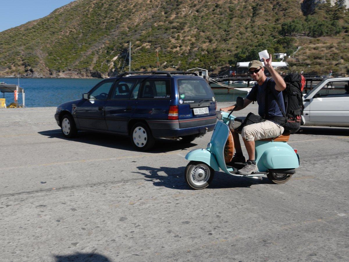 Mit Ticket in der Hand zur Fähre nach Neapel
