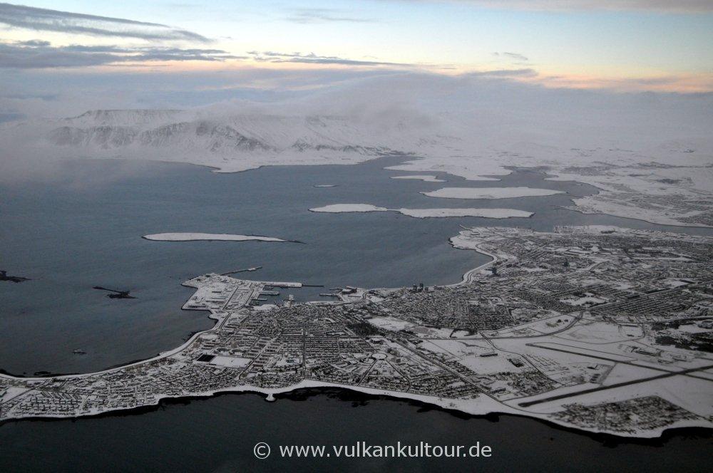Anflug auf das verschneite Island - Reykjavík von oben