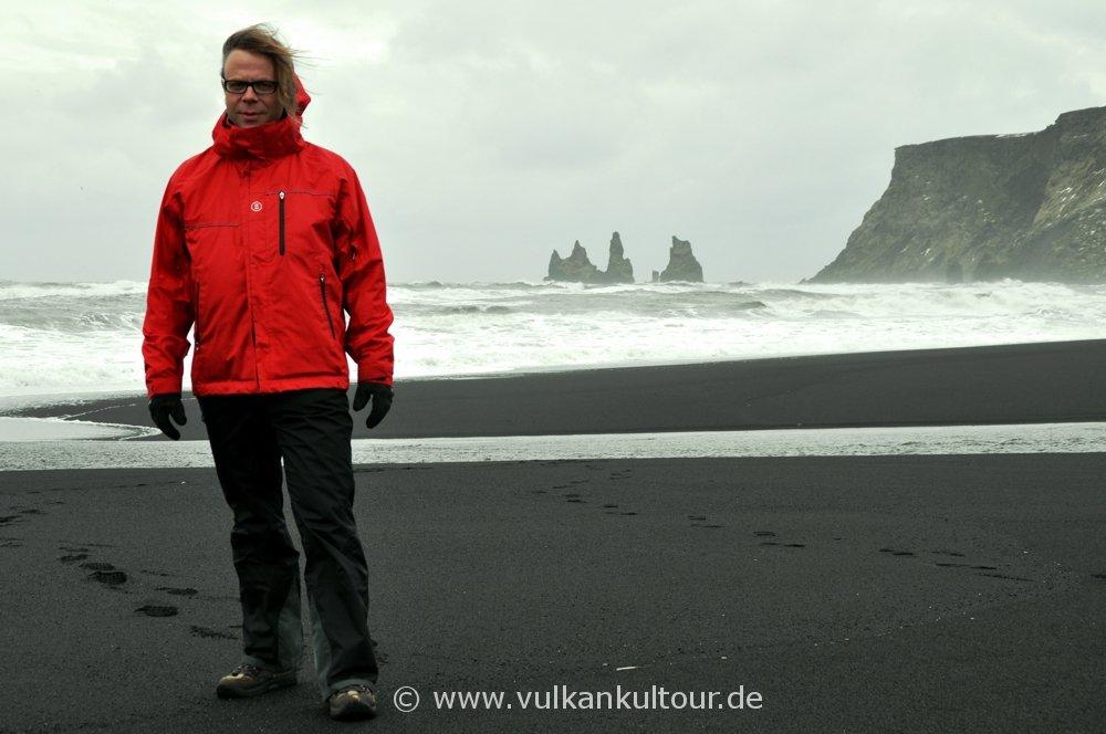Felsen Reynisdrangar an der Südspitze Islands bei Vík (alles versteinerte Trolle - bis auf der Rote)