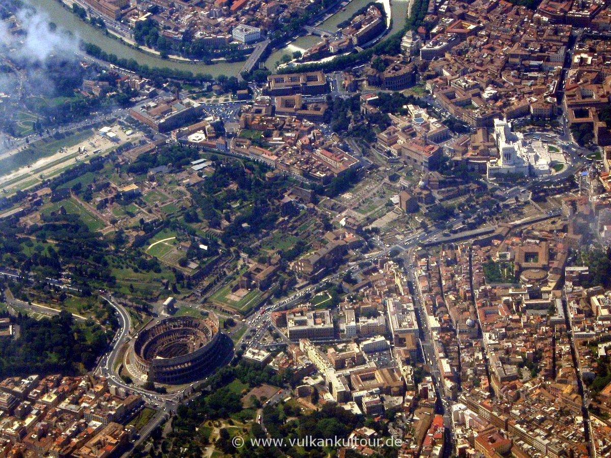 Rom von oben: Circus Maximus (links), Kolosseum, Forum, Tiber, Vittoriano
