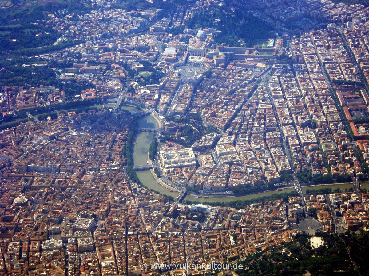 Rom von oben: Pantheon (links unten), Tiber, Engelsburg und Vatikan