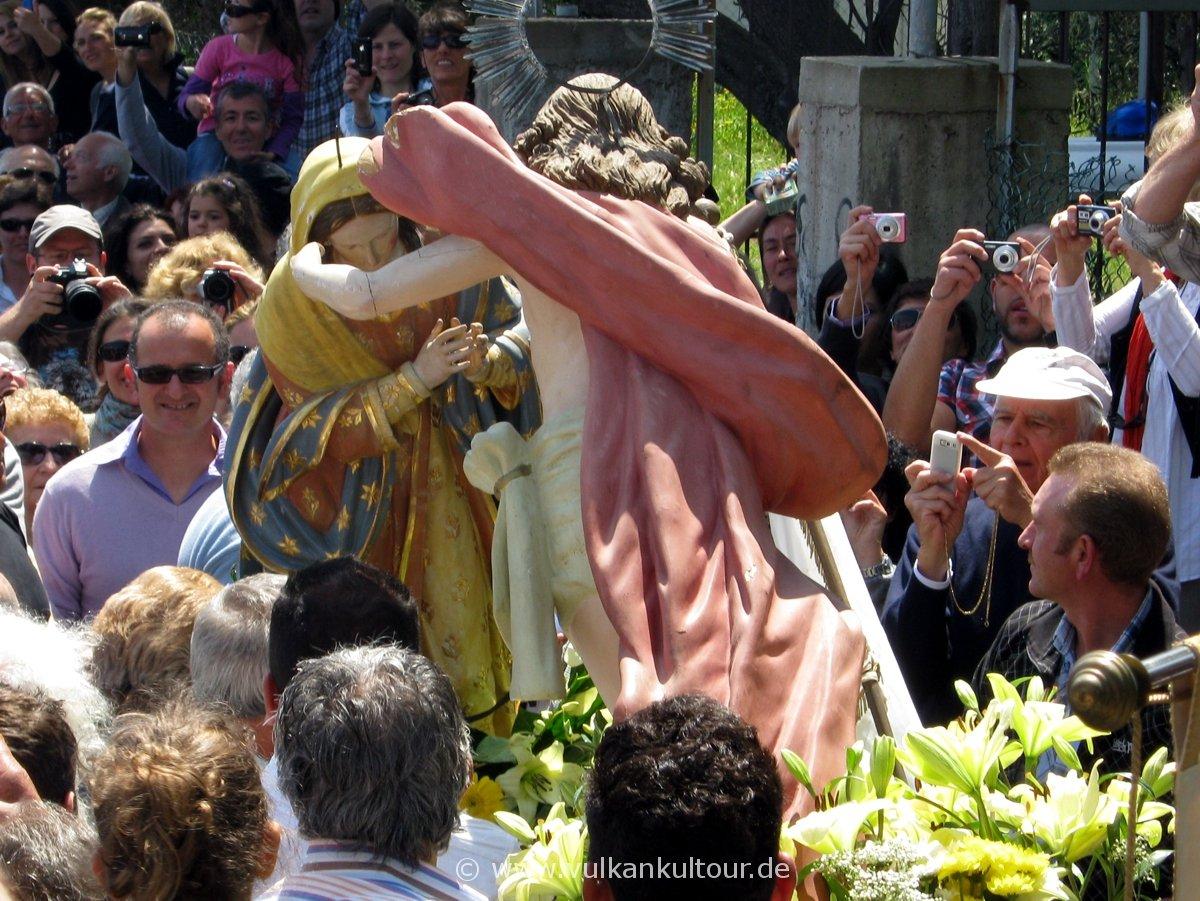 Ostersonntags-Prozession auf Stromboli - Maria legt ihren Trauermantel ab