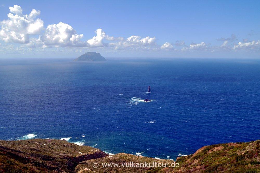 Filicudi - Wanderung an der Nordküste - Blick auf Alicudi und La Canna