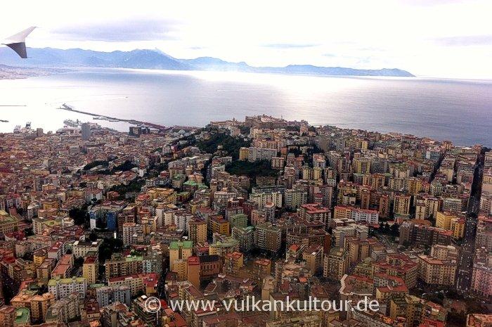 Landeanflug über den Dächern von Neapel