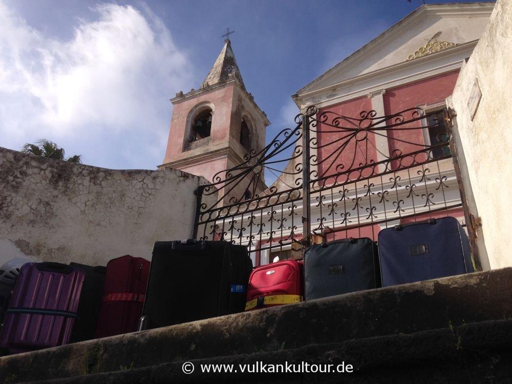 Stromboli - Gepäckdepot an der Kirche San Bartolomeo