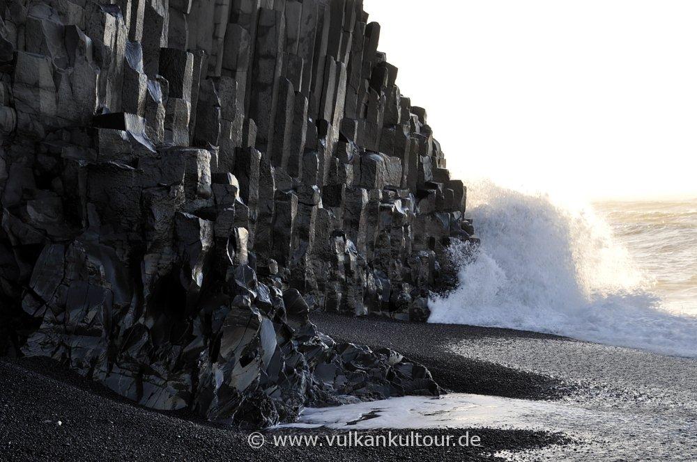 Basaltsäulen auf schwarzem Strand Reynisfjara