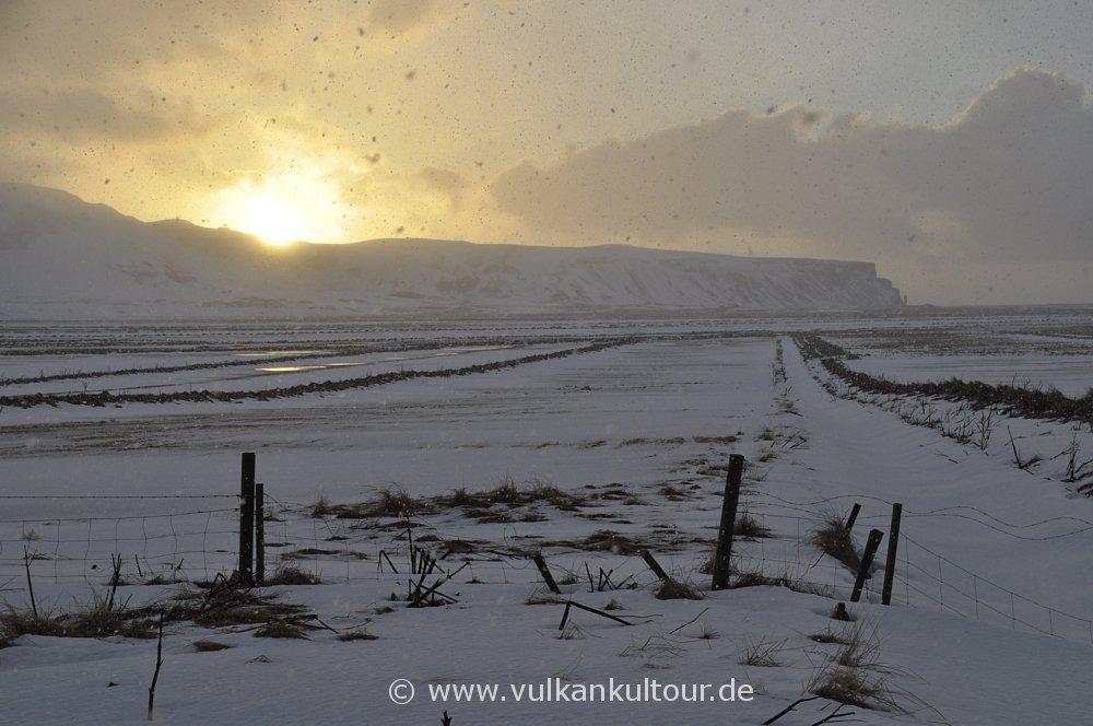 Sonnenaufgang über dem Reynisfjall bei Vík