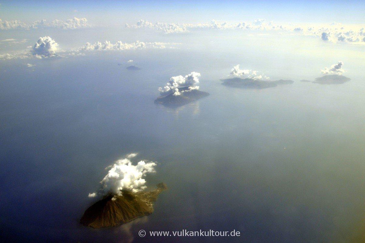 Äolischer Archipel (von vorne: Filicudi, Salina, Lipari, Vulcano - Panarea, Stromboli hinten links)