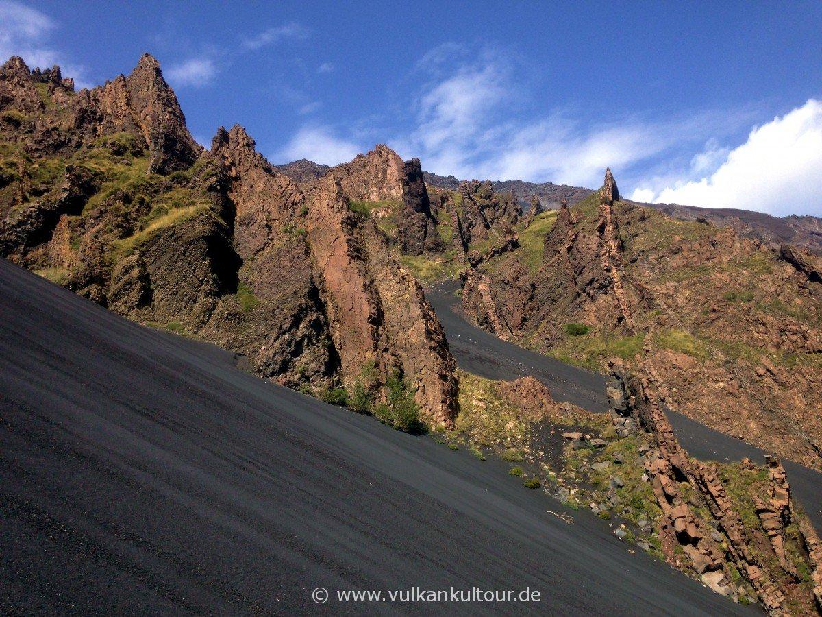 Dykes am Hang des Valle del Bove