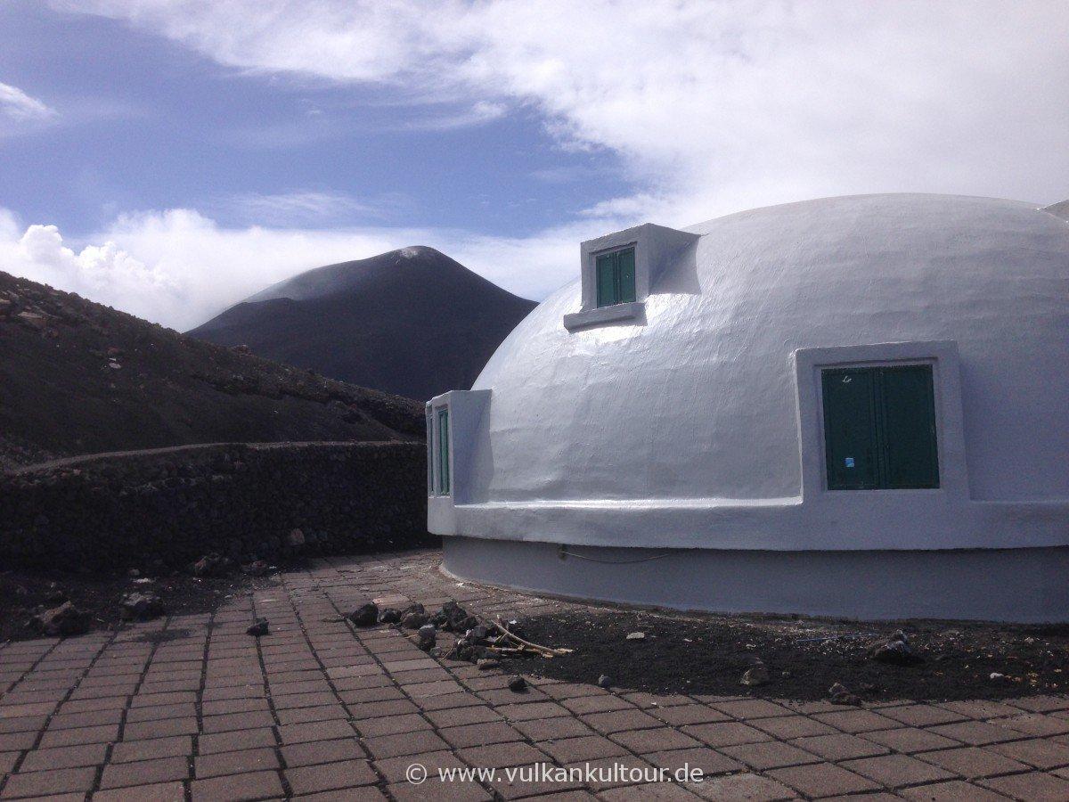 Osservatorio Etneo mit Blick auf den Nordostkrater