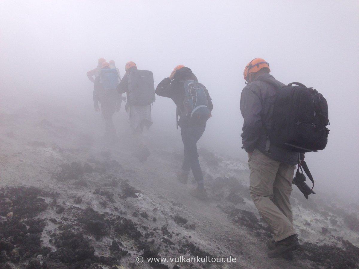 Kraterumrundung am Ätna - heftige Vulkangase inklusive