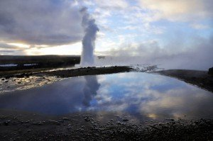 Geysir Strokkur und heiße Quelle Blesi im Haukadalur