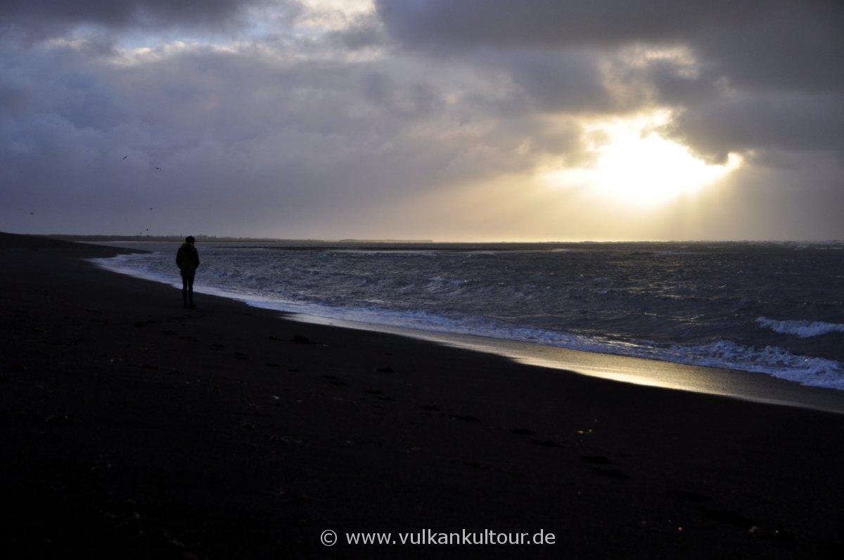 Strandspaziergang in der Morgendämmerung