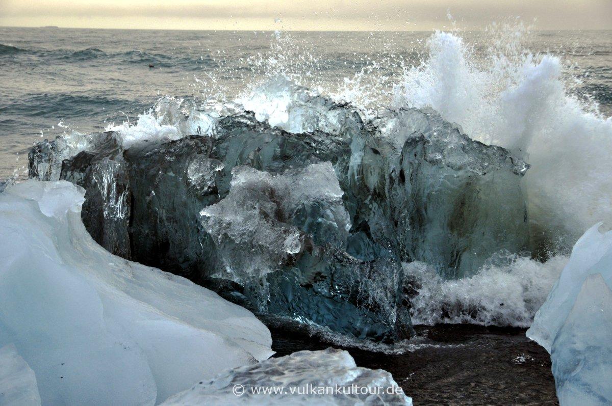 Am schwarzen Strand der Eisberglagune (Jökulsárlón)