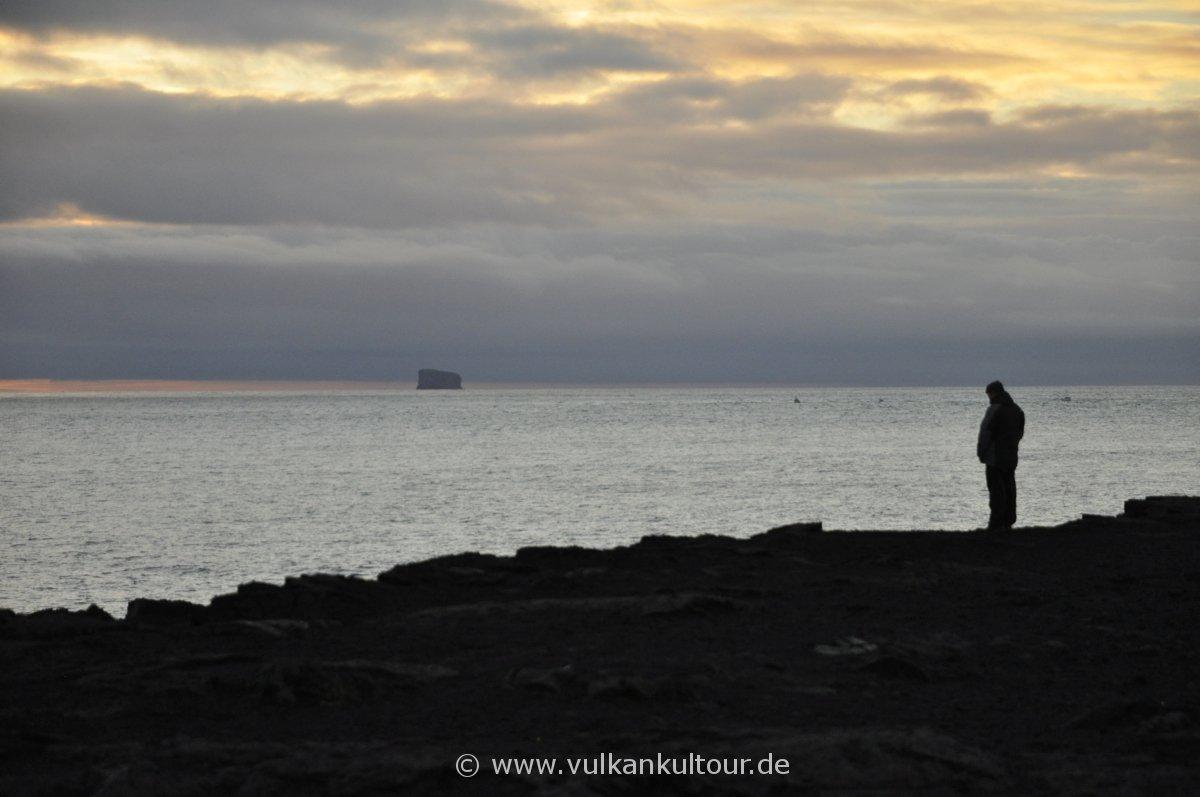 Blick von der Südwestspitze Islands auf den Vogelfelsen Eldey