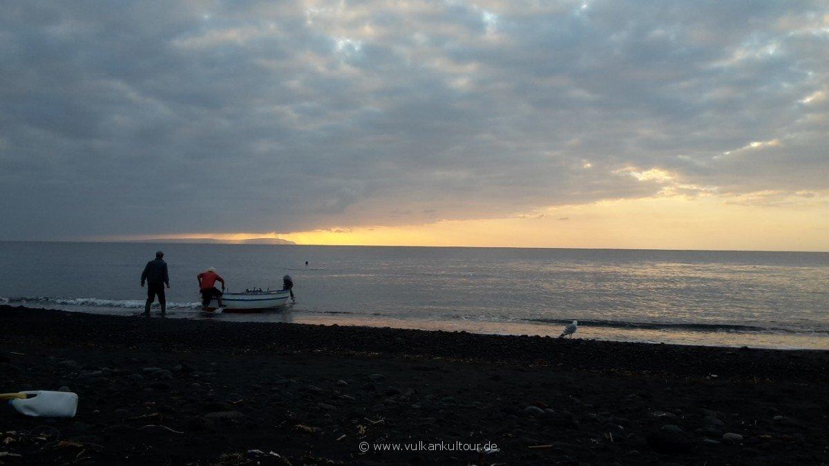 20171028 Feuerberge Siziliens Fischer bei morgendlicher Arbeit auf Stromboli