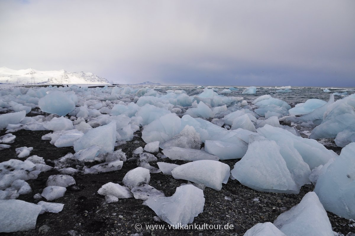 Black Ice Beach an der Gletscherlagune