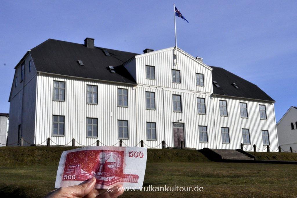 Elitegymnasium in Reykjavík - und auf dem 500-Kronenschein. In der Aula tagte einst das isländische Parlament.