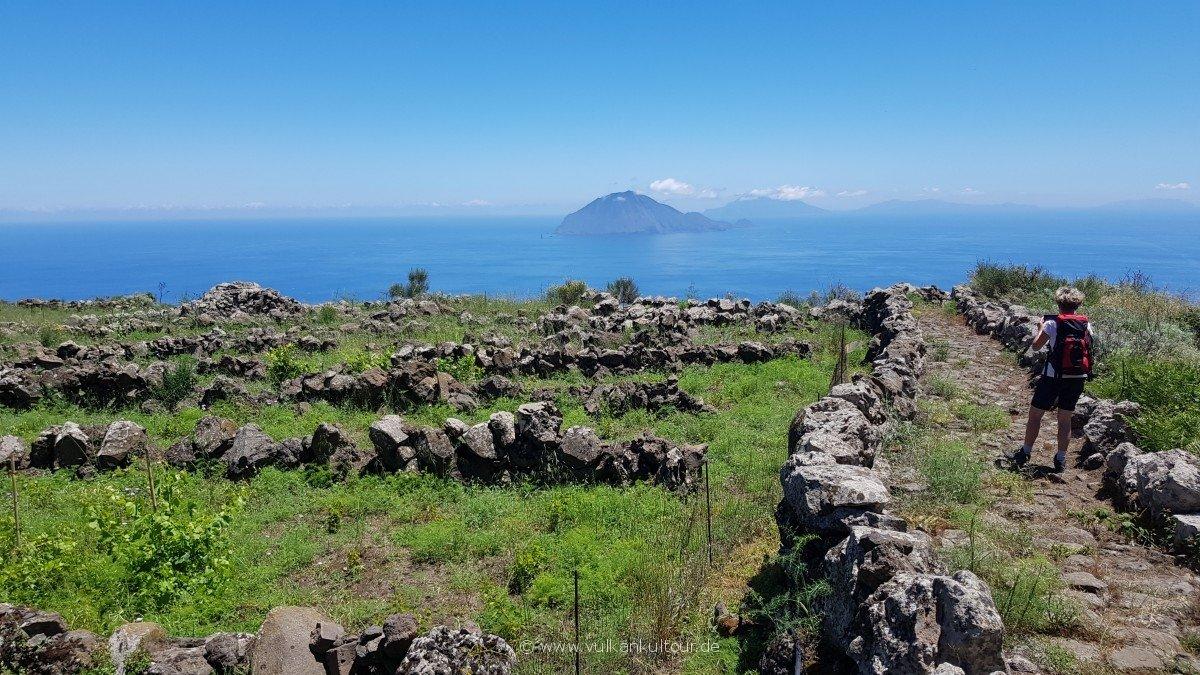 Alicudi - Blick von der Hochebene Pianure nach Filicudi