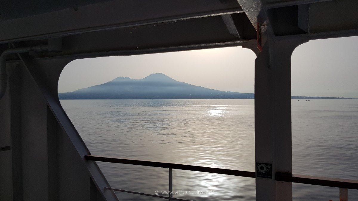 Ankunft im Golf von Neapel - der Vesuv grüßt.