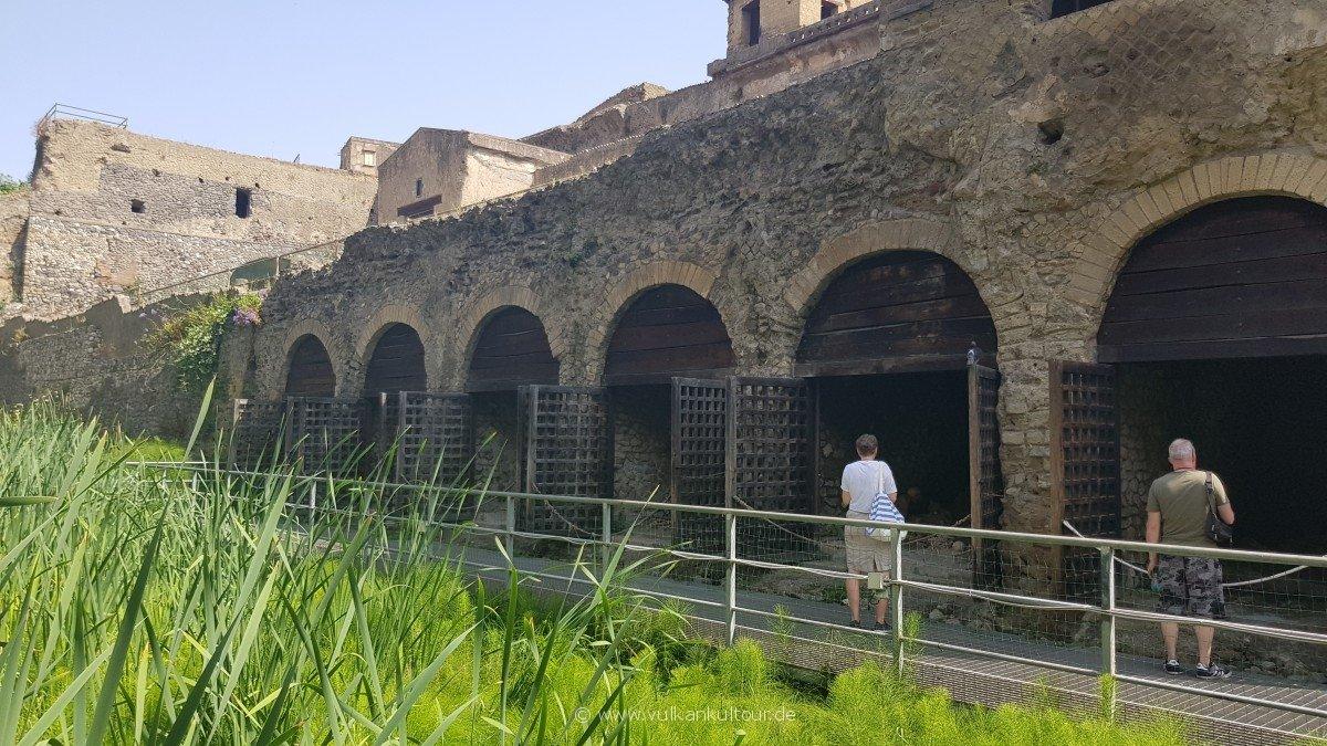 Herculaneum - Bootshäuser. Heute ein Ort der Ruhe. Doch hier wurden die meisten Skelette gefunden.
