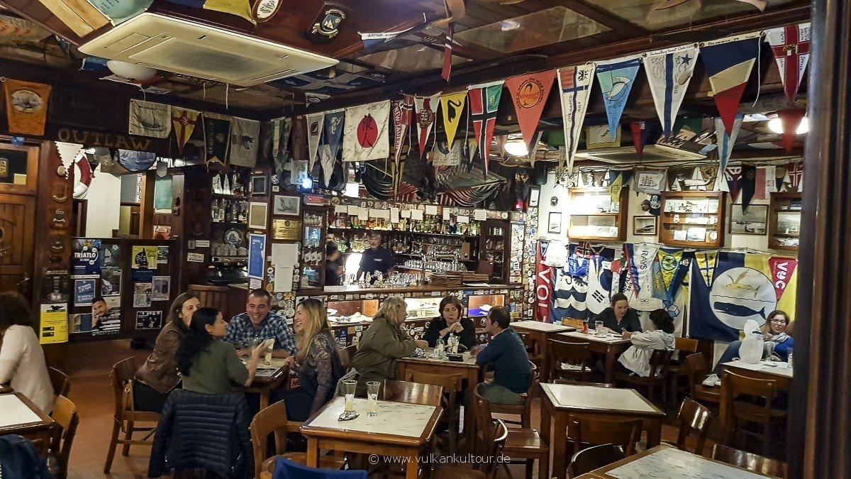 Peter Café Sport in Horta - uriger Kult!
