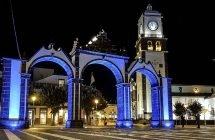 Altes Stadttor von Ponta Delgada und die Igreja Matriz de São Sebastião