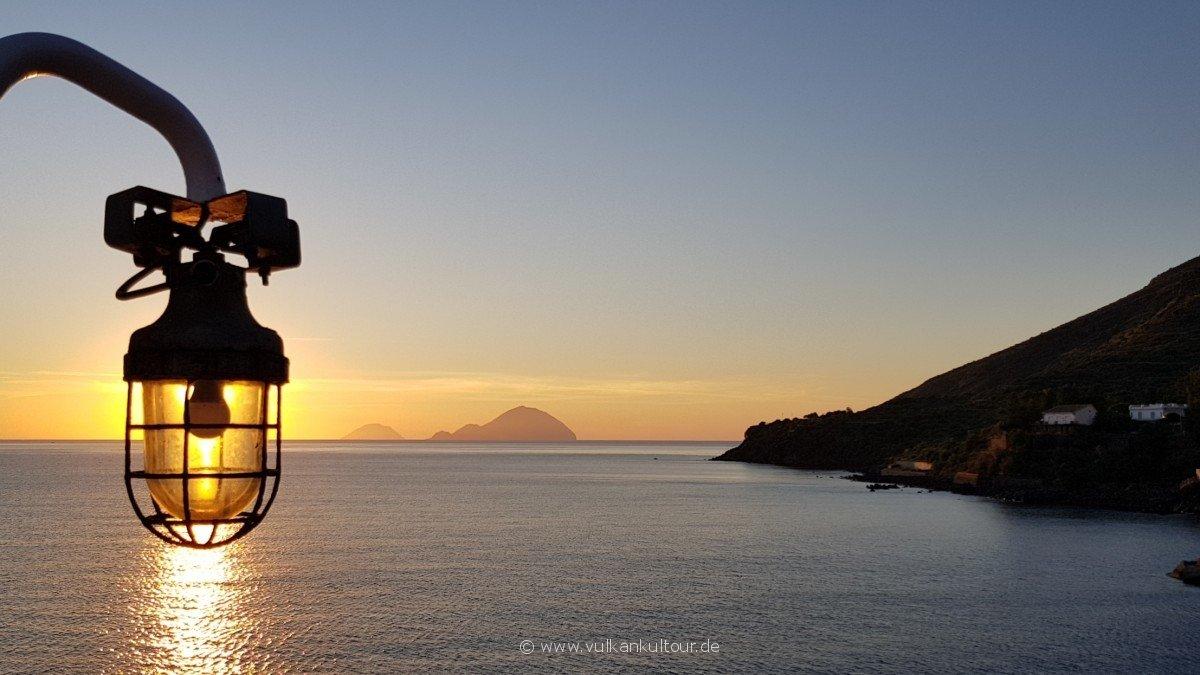 Die Sonne plumpst bei Filicudi und Alicudi ins Meer