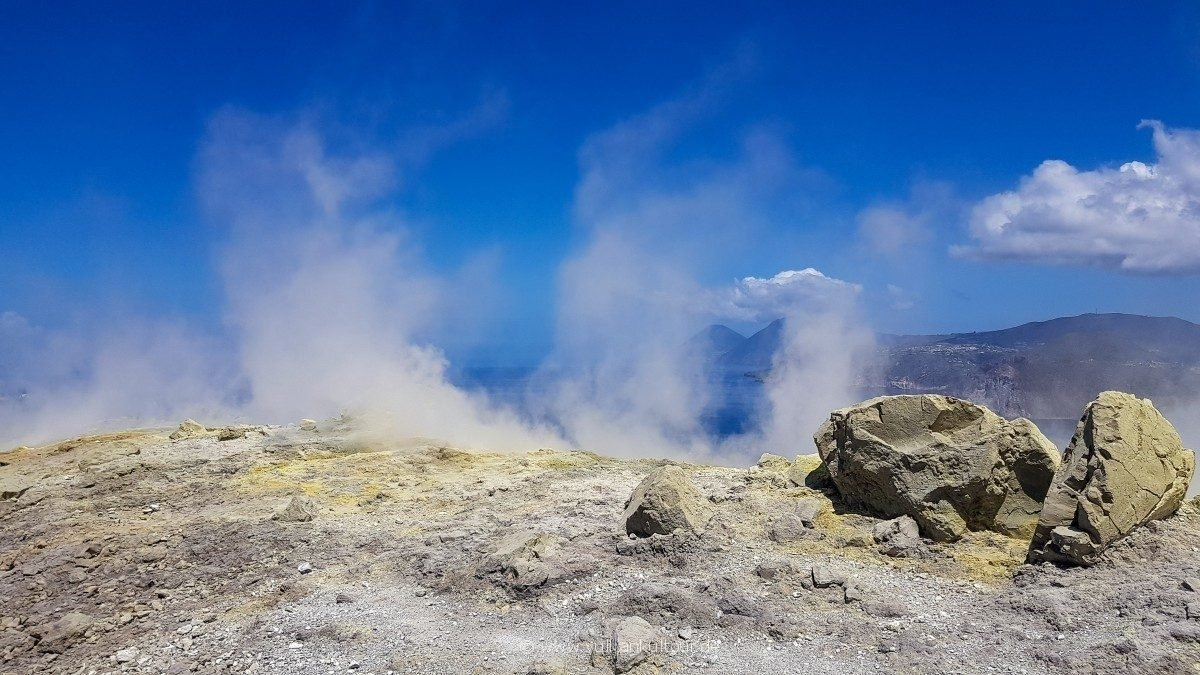 Vulcano, am Kraterrand - gelber Schwefel, Blick nach Lipari und Salina