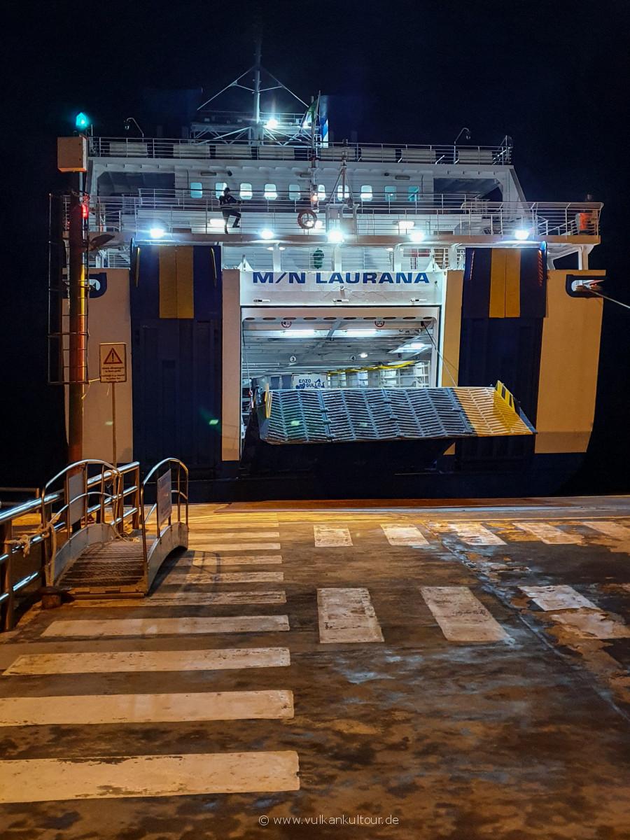Die Laurana legt am Hafen von Stromboli an