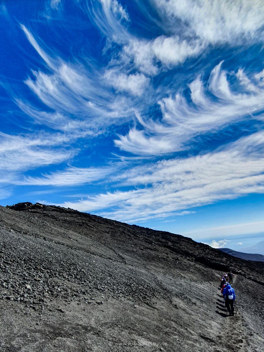 Abstieg vom Ätna unter Federwolken
