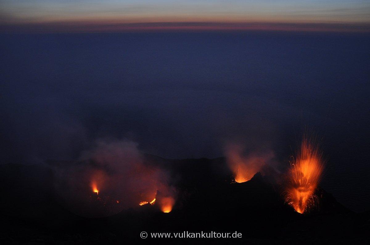 Die Kraterterrasse des Stromboli mit vielen glühenden Bocchen