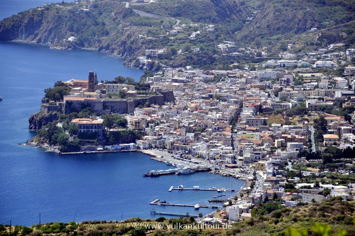 die wunderschöne Stadt Lipari wird überragt vom Burgberg, dem sog. Castello.
