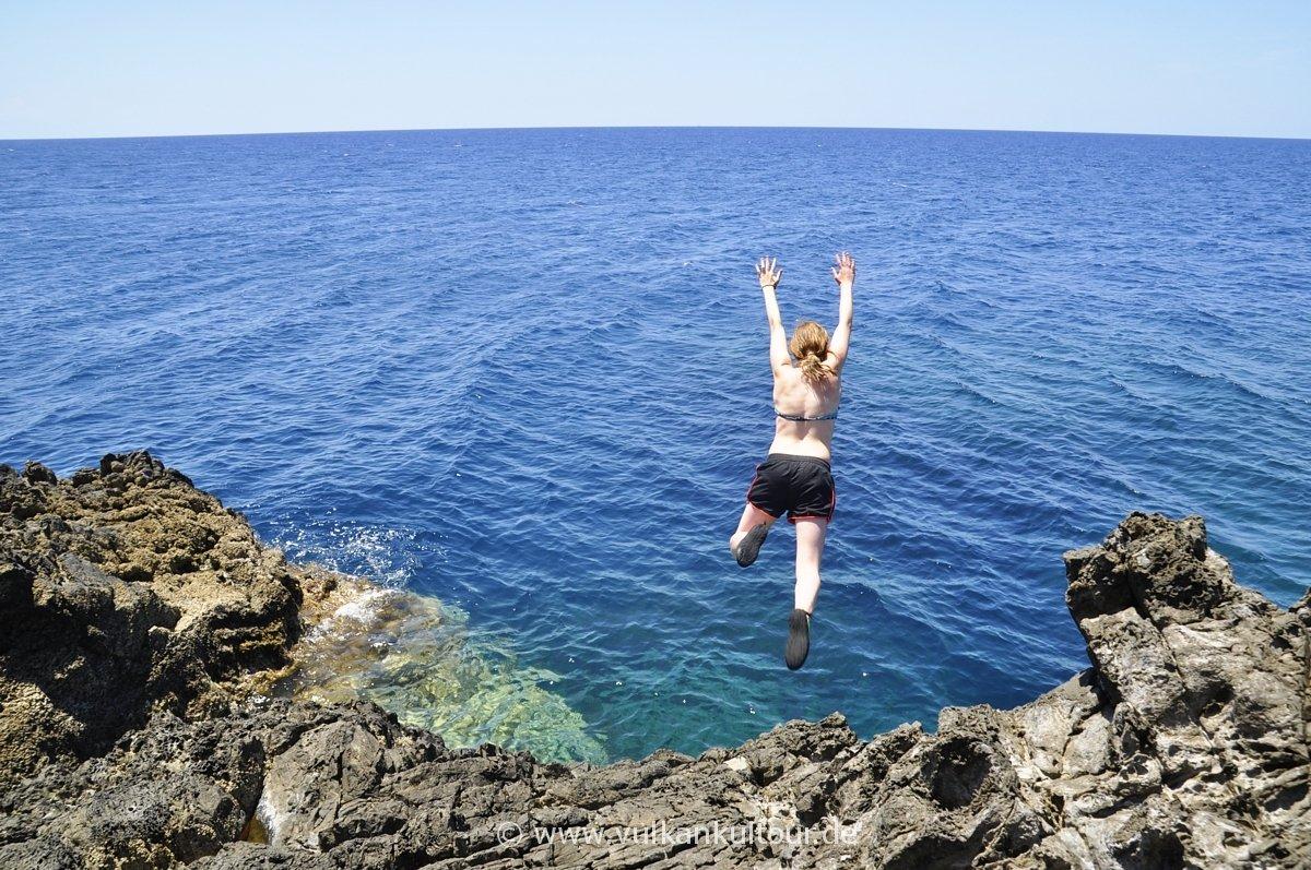 Badestelle für Mutige. Auf der Punta Palmeto an Liparis Westküste.