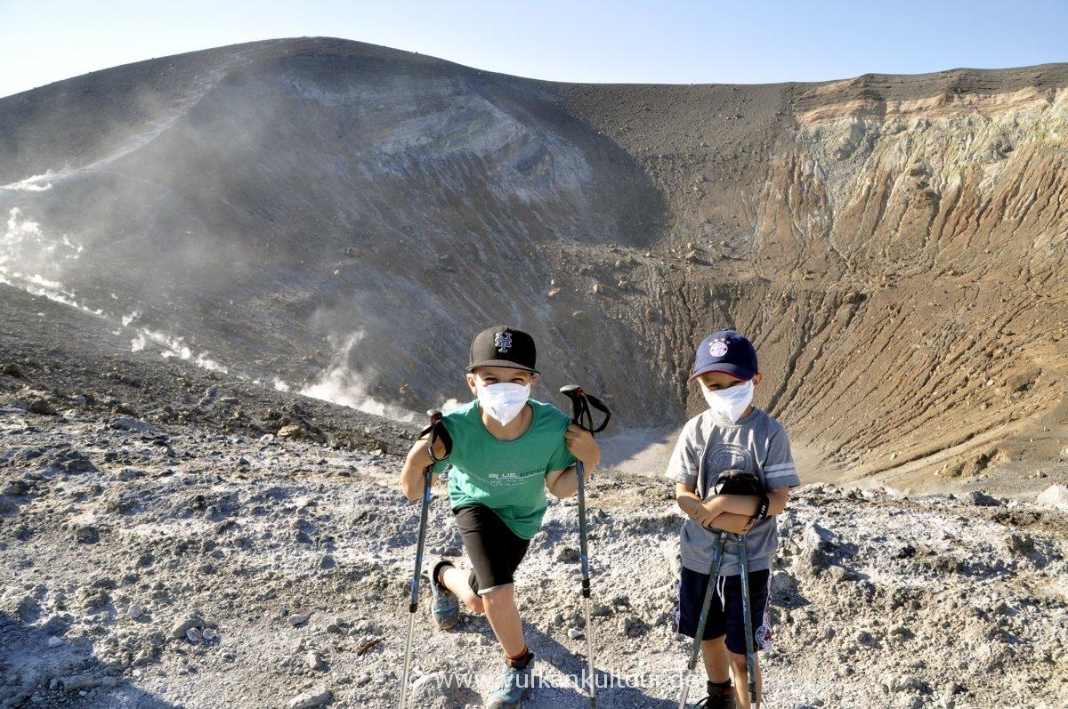 Auf dem Gran Cratere von Vulcano. Leichte Bergtour (schafft jeder), ganz viel Eindrücke. Findet jedes Kind klasse!