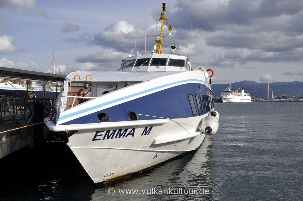 Im Hafen von Milazzo: kein Schiff will uns zum Stromboli bringen. Blöder Maestrale!!!